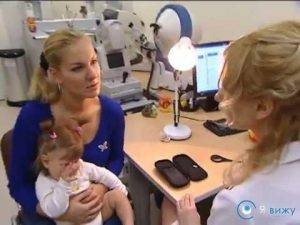 Если у ребенка опухли глаза и этот симптом не проходит, необходимо посетить врача