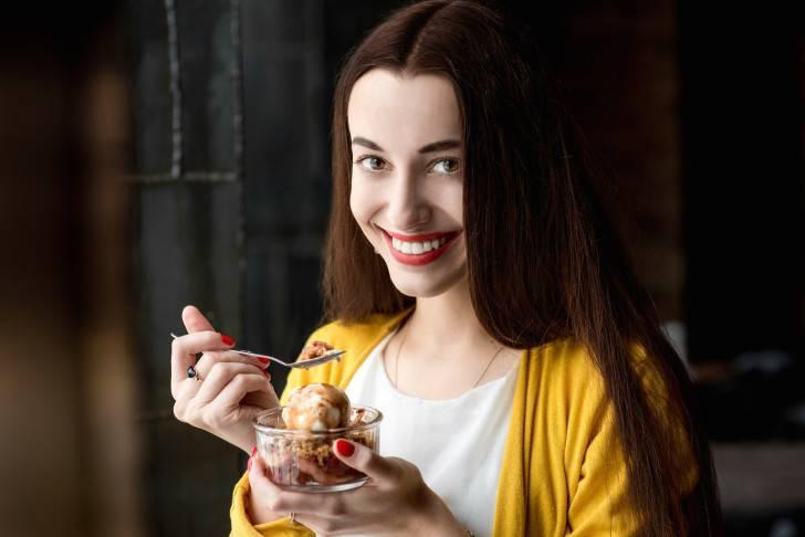 Девушка ест мороженое