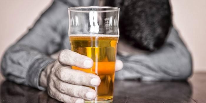 Бокал пива в руке у мужчины
