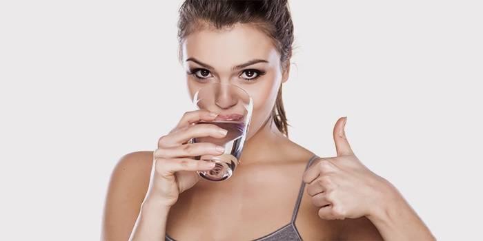 Девушка пьет лечебный раствор