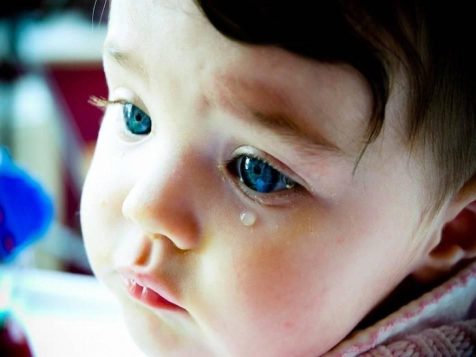Слезится-глаз-у-новорожденного-причины-и-лечение