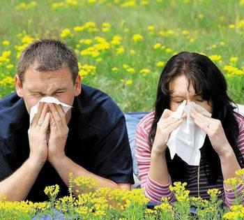 Мужчина и женщина чихают