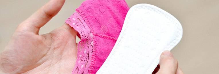 Нерегулярна смена прокладок вызывает зуд половых губ.