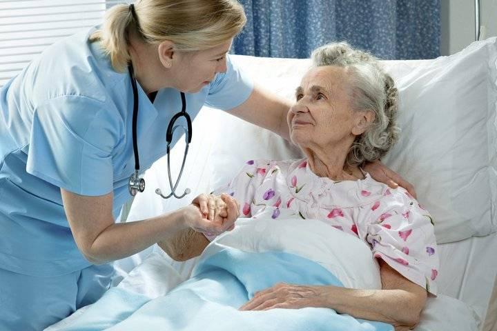 пожилая женщина с медсестрой