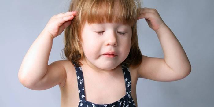 Маленькая девочка держит руки на голове