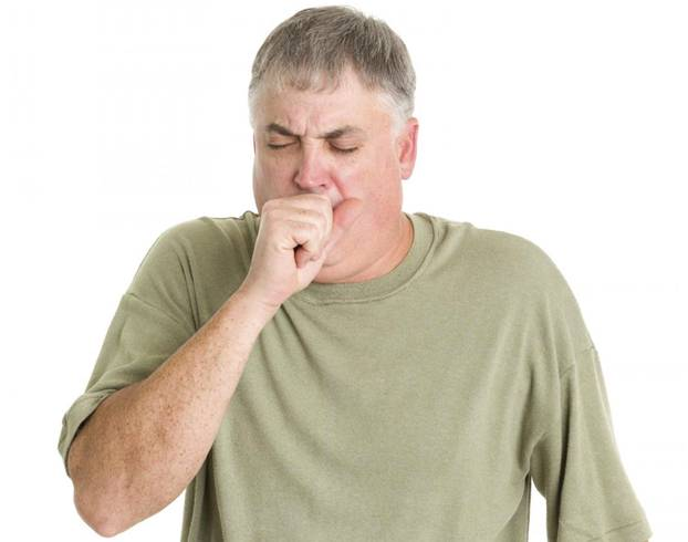 Мужчине трудно дышать