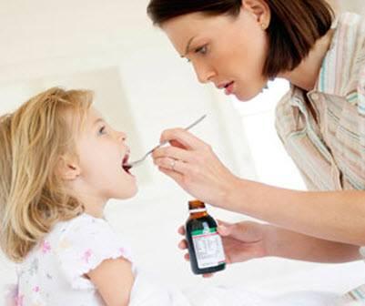 лечение бронхиальной астмы у детей, мама дает лекарство