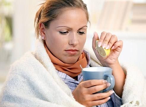Девушка пьет напиток с лимоном