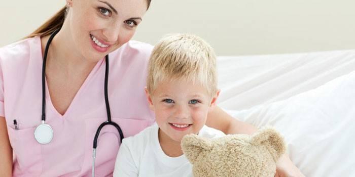Девушка- врач и ребенок