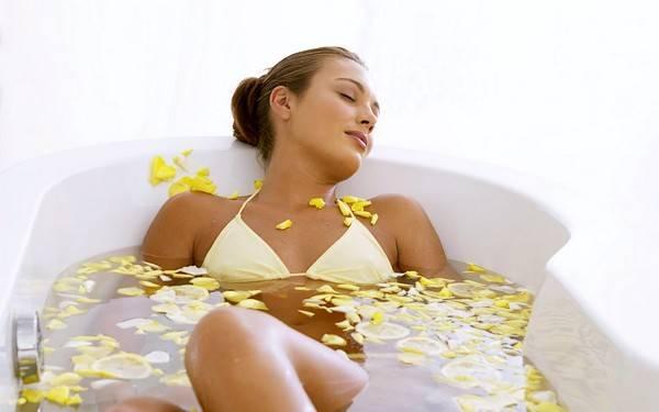 Каждодневное принятие ванн с чистотелом будет прекрасным профилактическим средством от фотодерматоза
