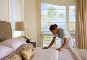 Женщина меняет постель