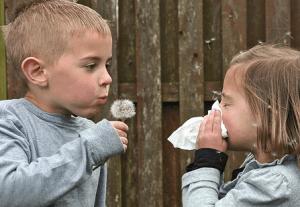 мальчик и девочка с одуванчиками