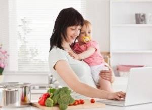 Мама с грудничком на кухне
