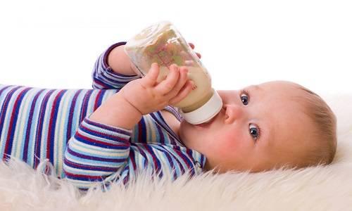 Кормление ребенка детской смесью