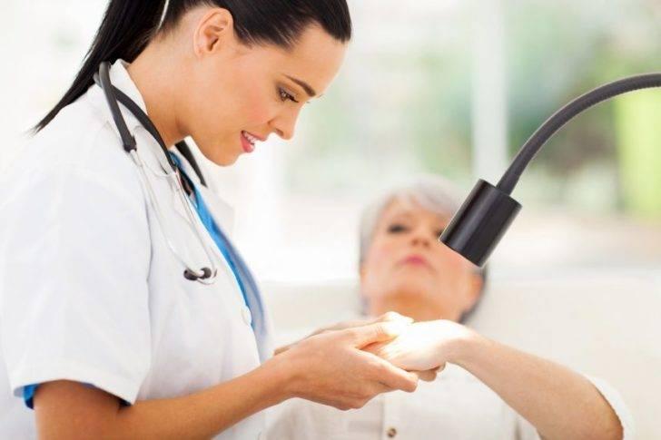 Женщина на приёме у дерматолога