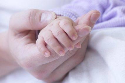 Мама держит руку ребенка
