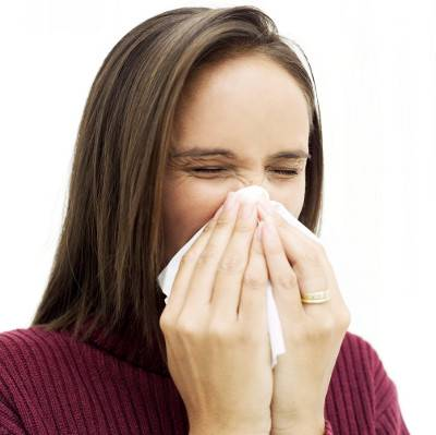 аллергия - одна из причин покраснения кожи вокруг глаз