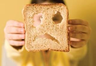 Хлеб в руках у ребенка