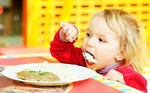 Малыш ест рис