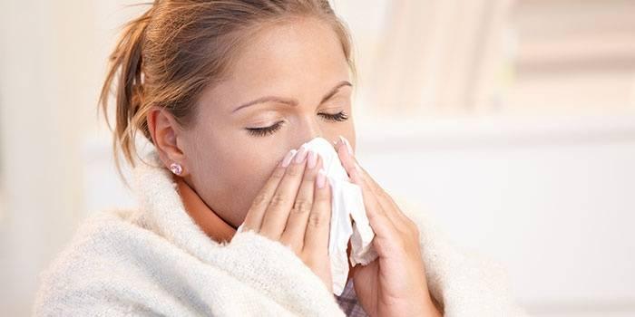 Аллергический ринит у девушки