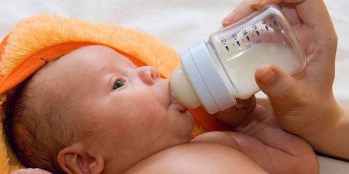 Ребенок есть смесь из бутылочки