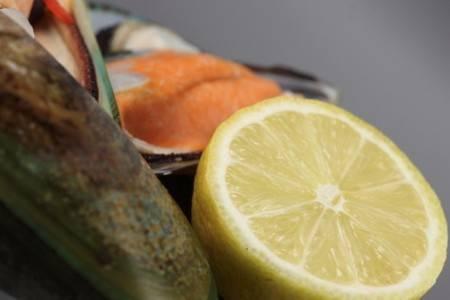 Цитрусы и морепродукты могут вызвать аллергию у беременной