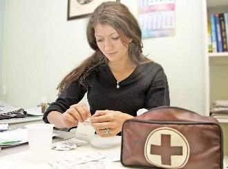 Девушка с набором первой помощи
