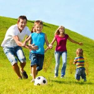 семья играет мячом