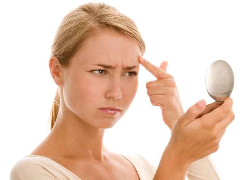 Девушка ищет симптомы аллергии